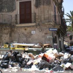 Modica sommersa dai rifiuti. Rischio salute per il caldo in arrivo